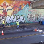 Vandaly posprejovaný street art, který byl ošetřen revitalizačním nátěrem Muralshield, před čištěním.