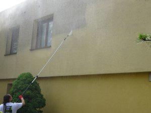 Mytí žluté fasády