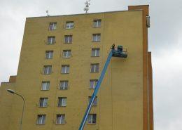 Čištění fasády z plošiny